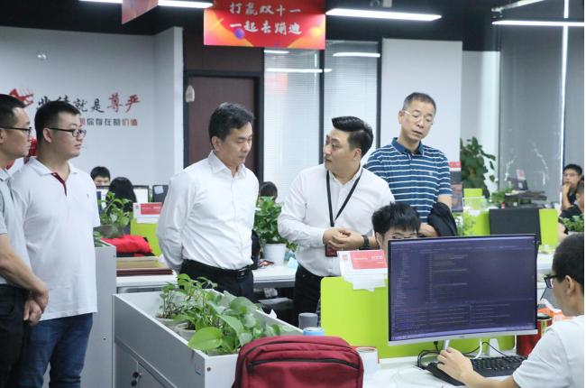 邓崴还为何东宁书记一行领导详细讲解了项目5年快速发展的历程